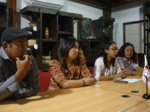 Konferensi Pers Temu Nasional II Perempuan Adat – kiri ke kanan Eustobio Renggi, Silvi Motoh, Mina Susana Setra, Surti Handayani